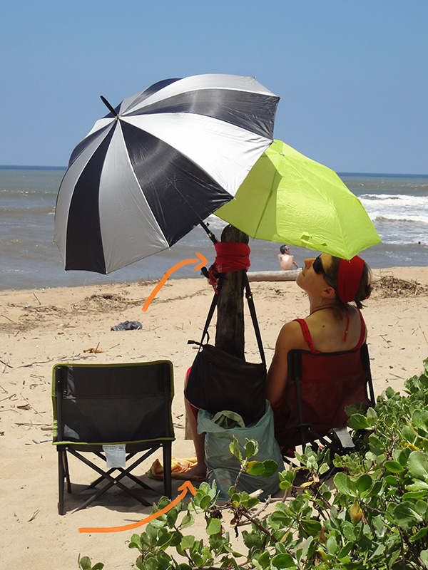 Een tweede en derde illustratie van een mufudoek: samenbinden van paraplu's en bescherming tegen het warme zand