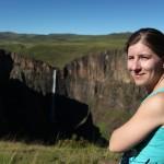 Marianne bij de Maletsunyane waterval. Deze waterval is de hoogste single drop naar beneden in Zuidelijk Afrika (200m). Naast de waterval kan je een Abseil doen die de hoogste commercieel uitgebaatte abseil in de wereld is (204m)