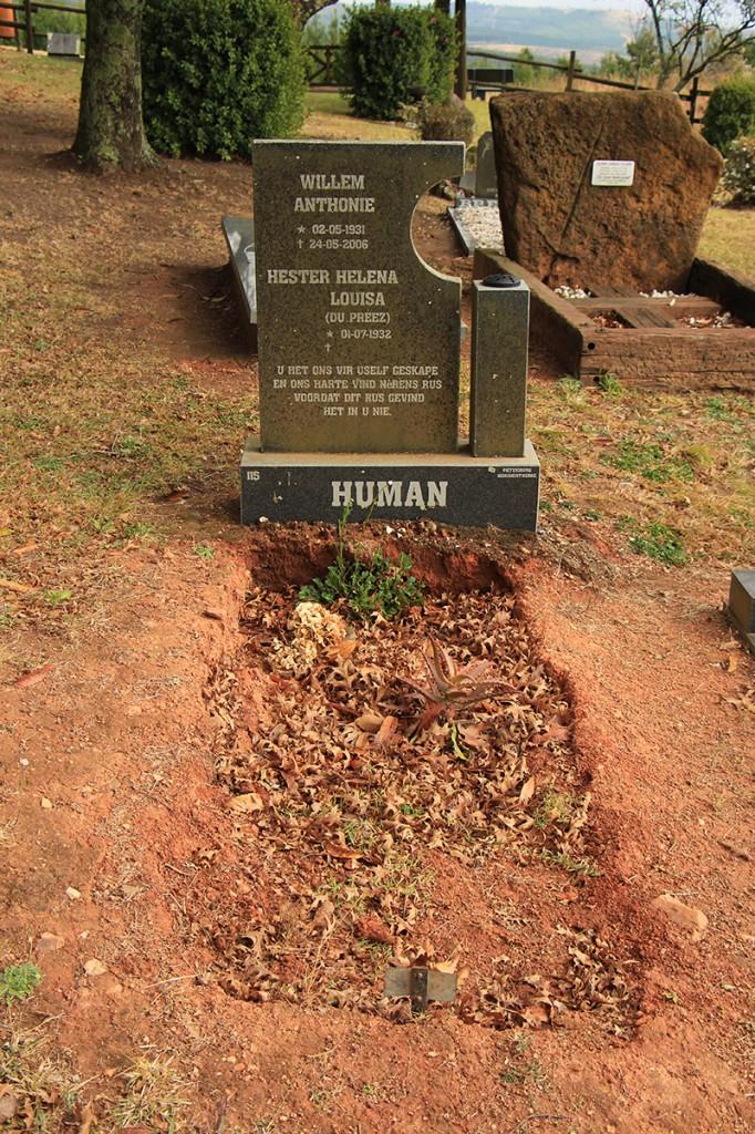 Als deze man op het kerkhof 'human' is, wat zit er dan in godsnaam in de andere graven? #zombieapocalypse [Getrokken op het kerkhof in Magoebaskloof]