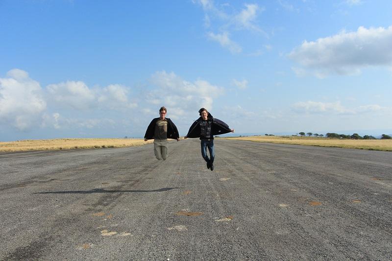 Een paar weken later, zijn we met mijn ouders terug naar boven gegaan. Geen afranseling deze keer. Wel veel wind. Toon en Willem proberen op te stijgen op de landingsbaan.