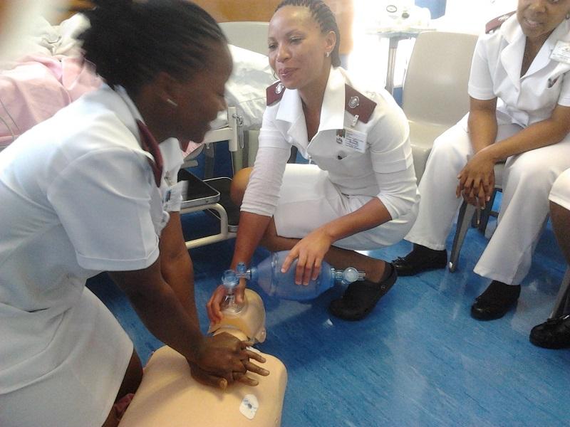 Verpleegkundigen aan het oefenen bij de gereanimeerde reanimatieles
