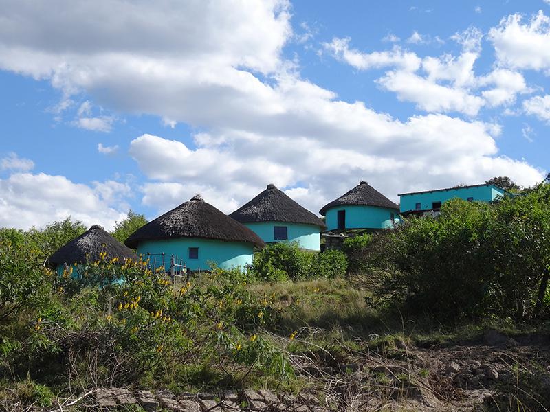 Typische kleurige rondavels aan de Wild Coast. In deze ronde hutten slaap je onderweg.