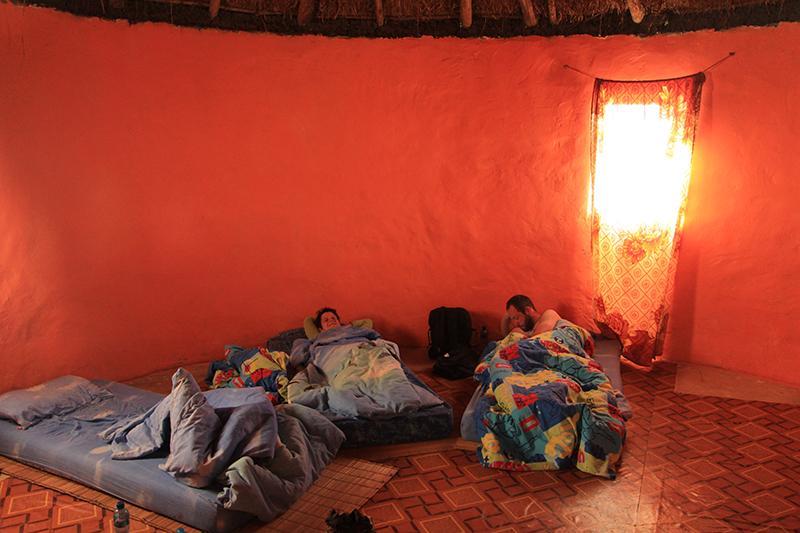 's Nachts overnacht je in de rondavels op een matras op de grond. Verwacht geen grote luxe, maar wel een echte ervaring.