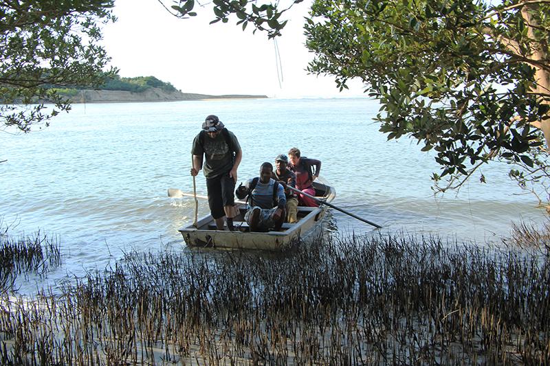 Omdat er haaien in de rivieren zitten, neem je een bootje dat je naar de overkant brengt. Aan de Wild Coast zijn er geen bruggen die de rivieren overspannen. Al zou dat soms gemakkelijk zijn, het zou toch afbreuk doen aan de verlaten omgeving.
