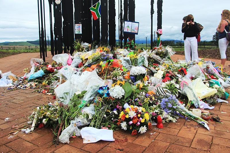 kapotgehagelde bloemen voor het mandela Monument