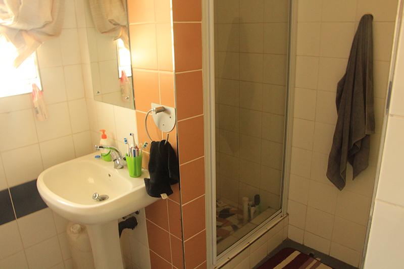 Badkamer (met douche en bad)