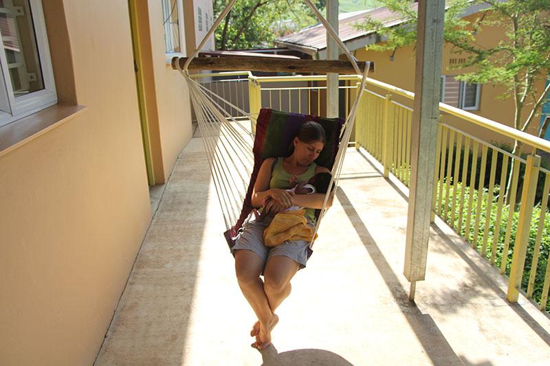 Samen in onze stoel-hangmat. Een aanwinst die we in Zuid-Afrika kochten (een Trophy husband kan nooi tgenoeg hangmatten hebben)