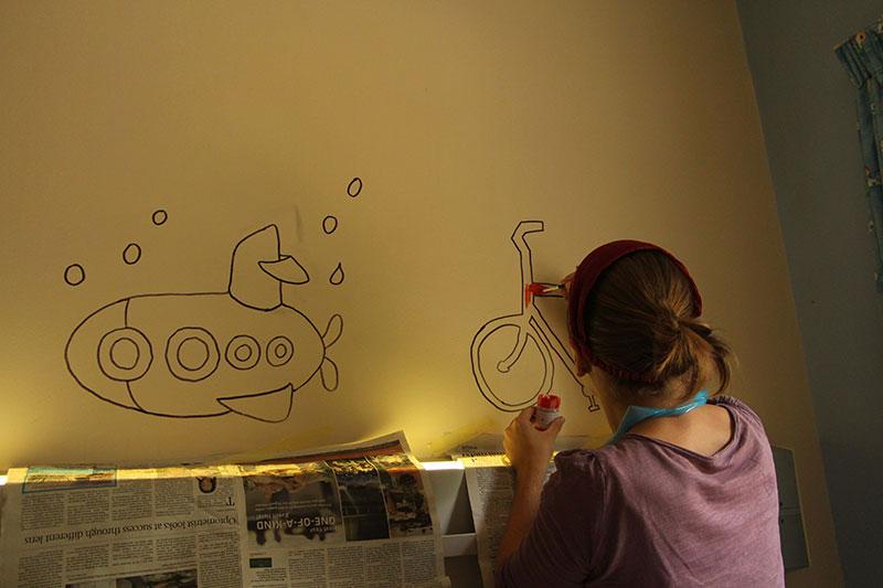 Marianne druk aan het schilderen op de kinderafdeling