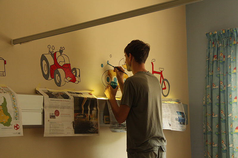 Toon druk aan het schilderen op de kinderafdeling