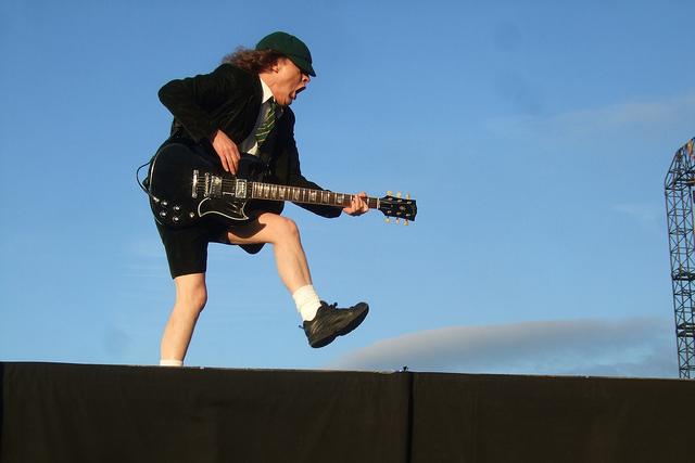 Angus Young van AC/DC tijdens een duck walk...